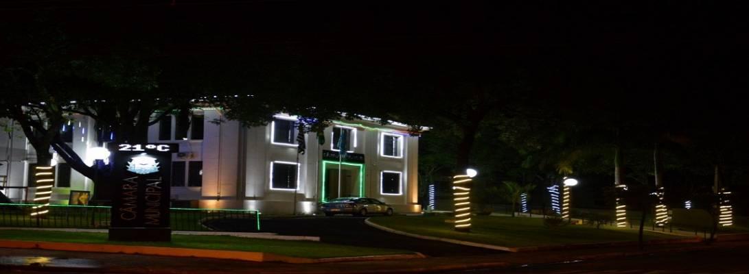 Imagem de capa da notícia: Praça da Câmara Municipal recebe iluminação de Natal